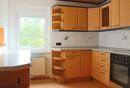 EG, Praktisch eingerichtete Küche mit Speisekammer