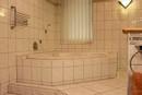 EG Badezimmer mit Wanne und Dusche