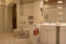 EG Badezimmer und Zugang zur Sauna