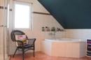 Großes Badezimmer mit Wanne und Dusche