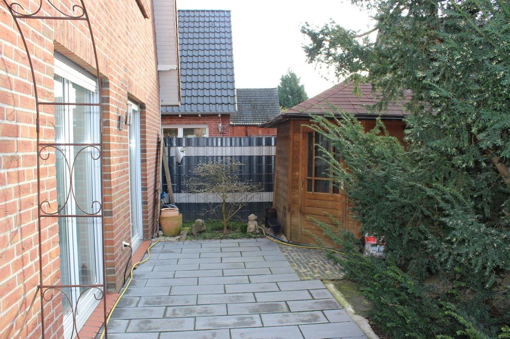 Seitliche Terrasse mit Gartenhaus 2