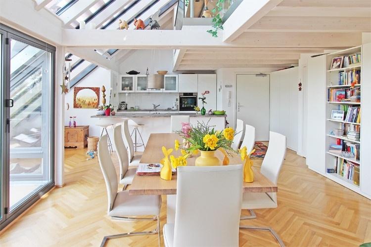 Blick Essbereich und Küche