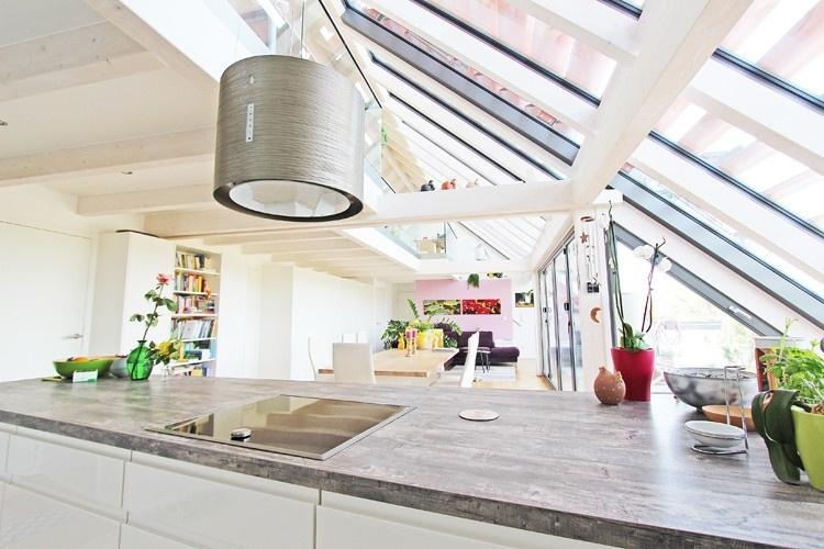 Blick in den Wohnbereich aus der Küche