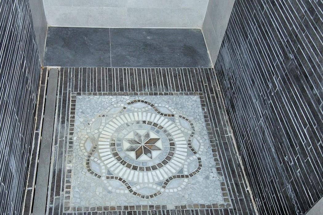 Dusche mit Mosaik