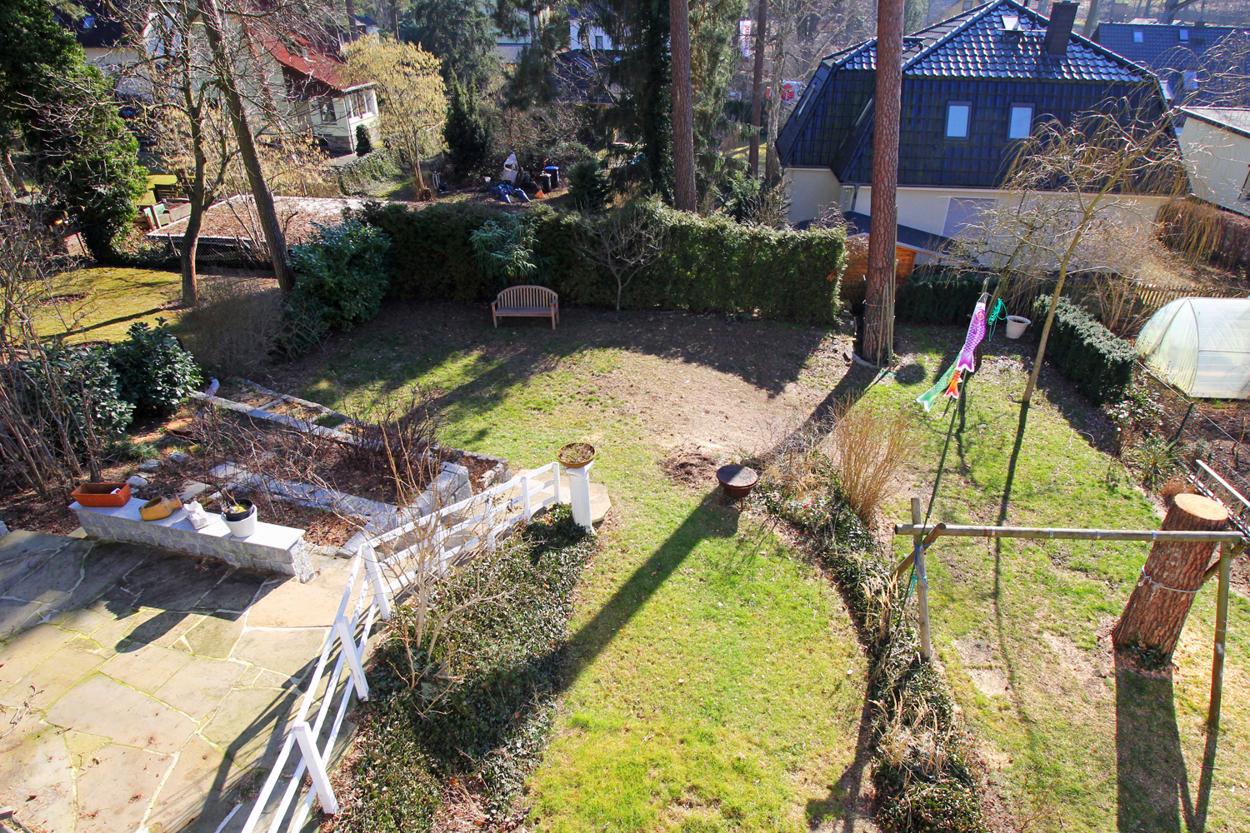Blick in den Garten vom Balkon