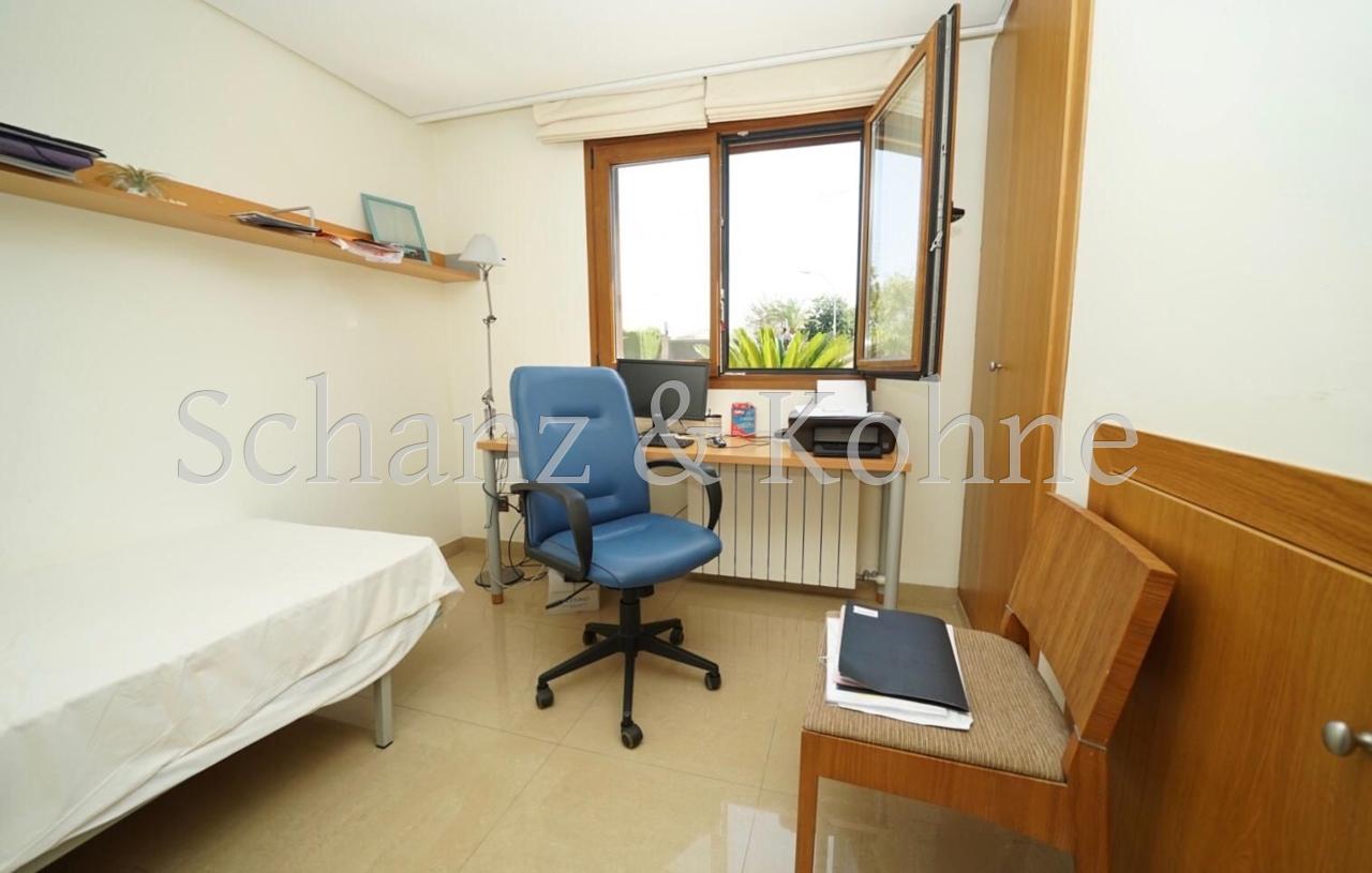 kleines Schlafzimmer oder Buero
