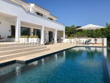 Pool und Terrassen