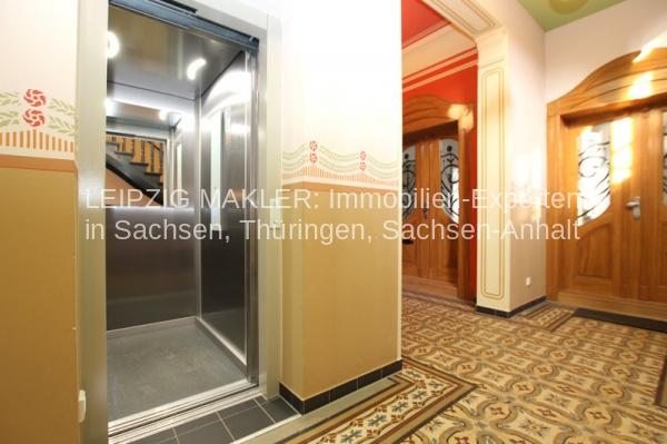 Treppenhaus mit Personenaufzug