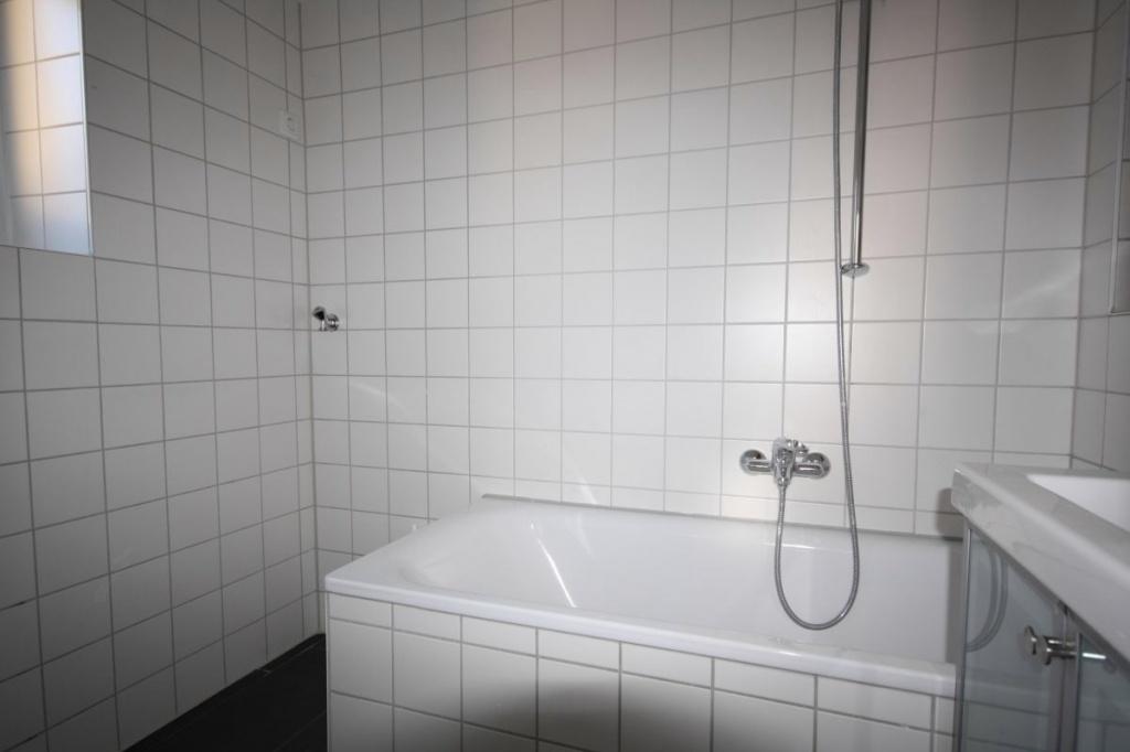 Bad mit Wanne, Waschbecken, Waschmaschinenanschluß