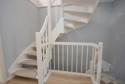weiße Holztreppe