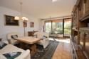geräumiges Wohnzimmer mit Zugang zur Terrasse