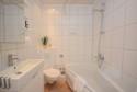 Bad mit Wanne und Duschmöglichkeit