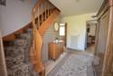 Eingangsbereich mit heller Holztreppe ins Obergeschoss