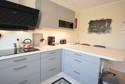Moderne Einbauküche mit Tresen