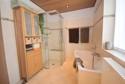 Bad mit Wanne und bodenebener Dusche