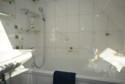 modernes, zeitloses Bad mit Wanne