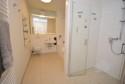 geräumiges Bad mit Wanne und bodenebener Dusche