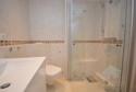 Bad mit Dusche und Handtuchheizkörper