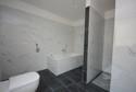 großzügiges Bad mit Wanne und Dusche
