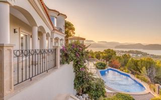 Wunderschöne Neubau Villa mit Meer und Berge Panoramablick