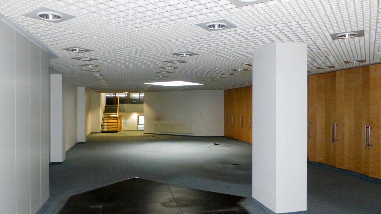 großer Geschäftsraum im Erdgeschoss mit großer Lichtkuppel...