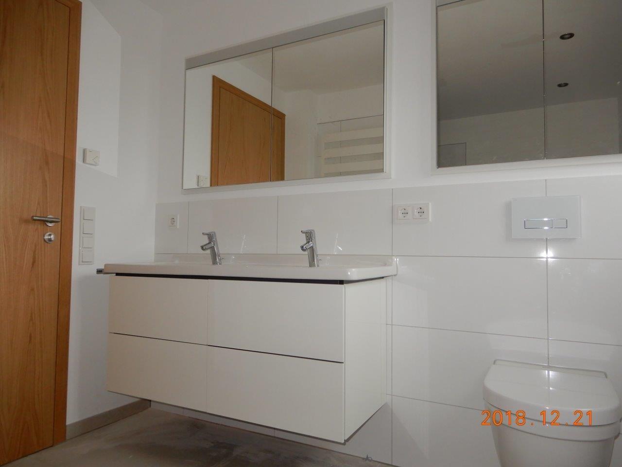 hochwertiges modernes Bad mit beleuteten Einbauspiegeln