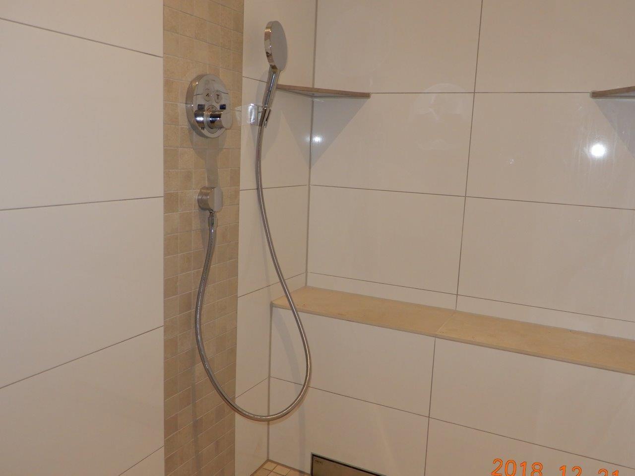 bodengleicher großer Dusche mit Sitzplatz
