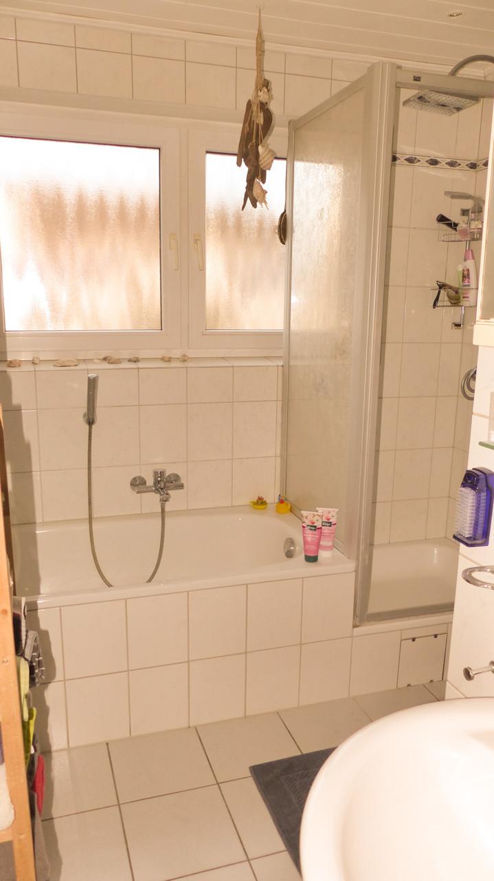 Fensterbad mit Wanne und Dusche