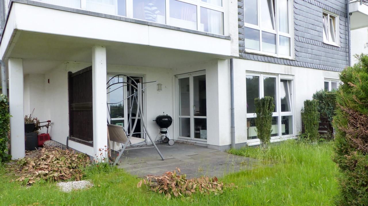 Terrasse mit kleinem Gartenanteil