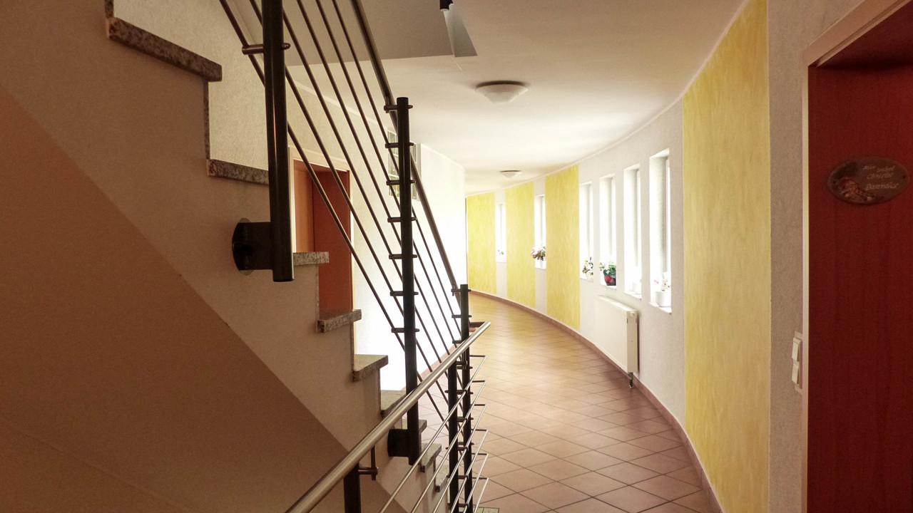 helles gepflegtes Treppenhaus mit Aufzug