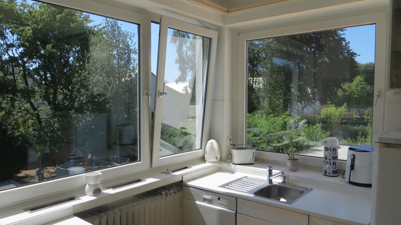 Küche mit Blick in Garten