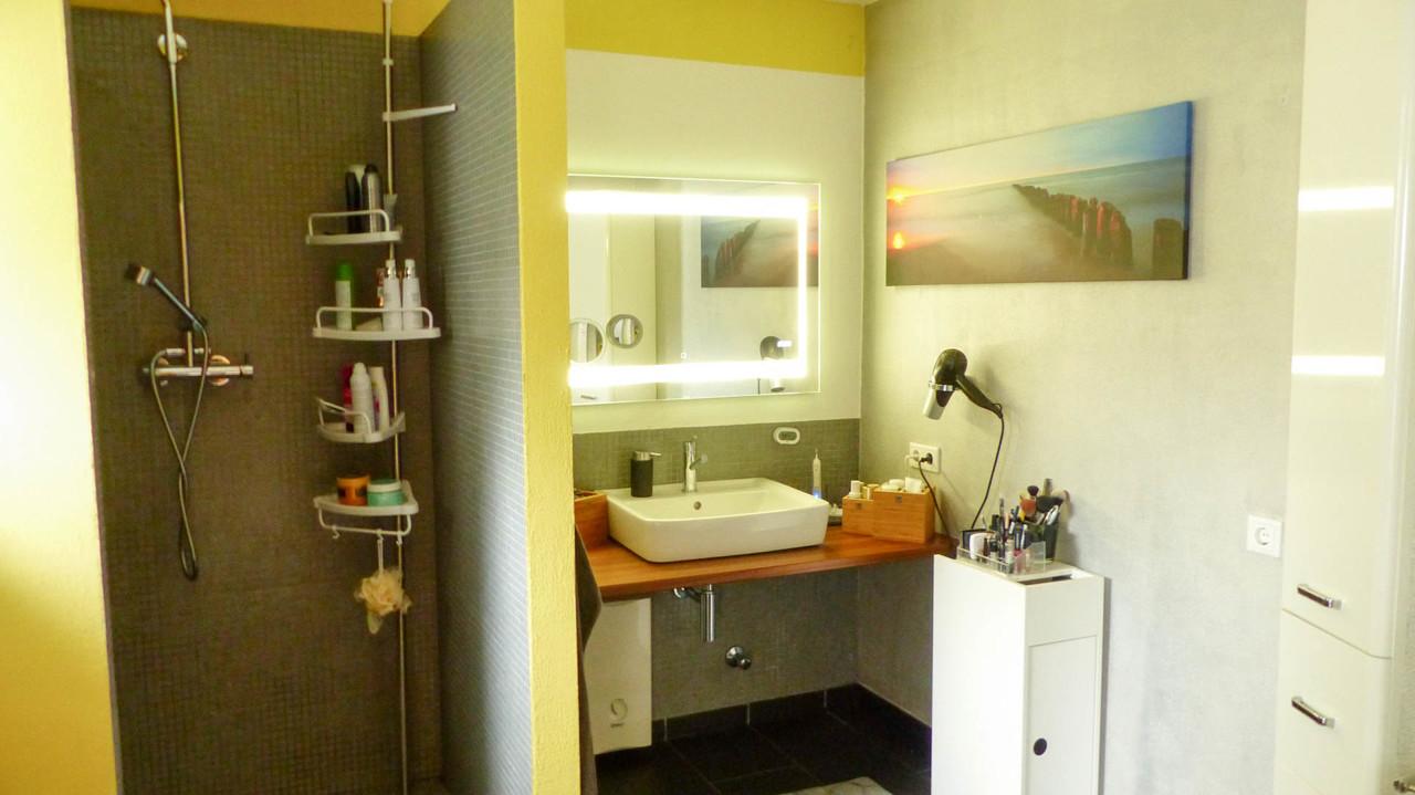 modernes Duschbad mit Fenster