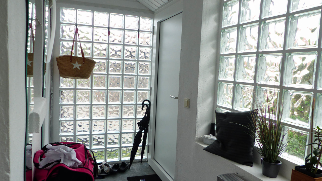Windfang mit Wohnungseingang von unten