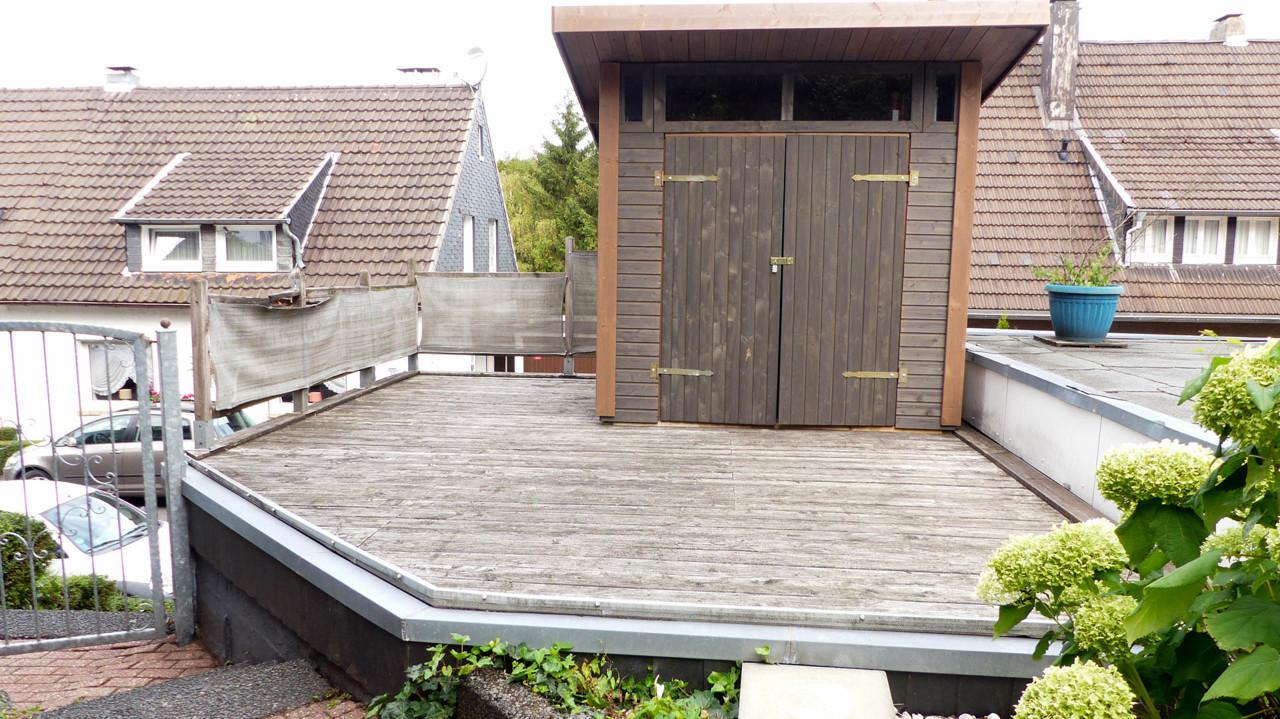 Terrasse des Nachbarn und Geräteschuppen dieser Wohnung