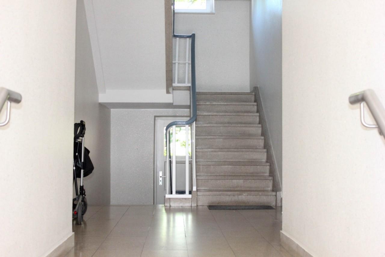 Gepflegtes helles Treppenhaus