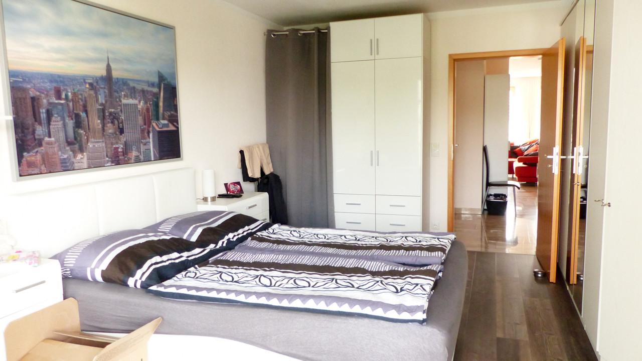 schönes Schlafzimmer mit Vinyl-Design-Boden...