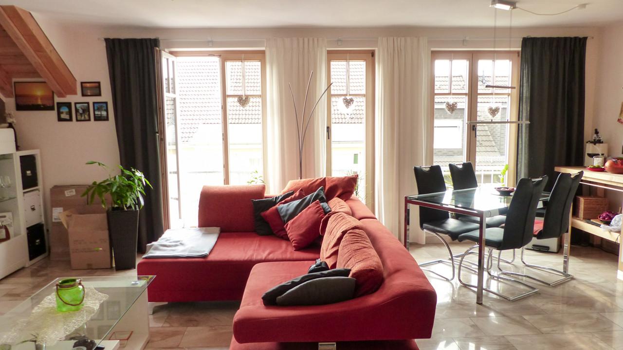 Heller Raum mit bodentiefen Fenstern