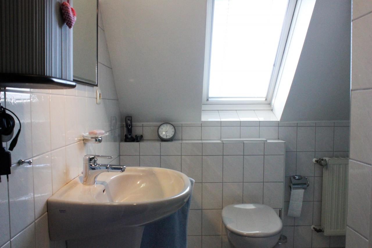 Badezimmer im Spitzboden mit WC...