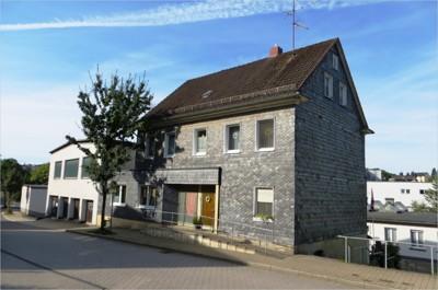 Hauseingangsseite des Zweifamilienhauses in Hückeswagen