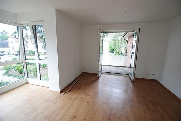 Wohnzimmer-mit-Zugang-zum-Balkon