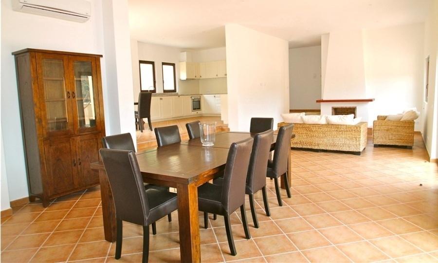 Blick von der Bibliothek über den Essbereich in das Wohnzimmer sowie links Blick in die Küche