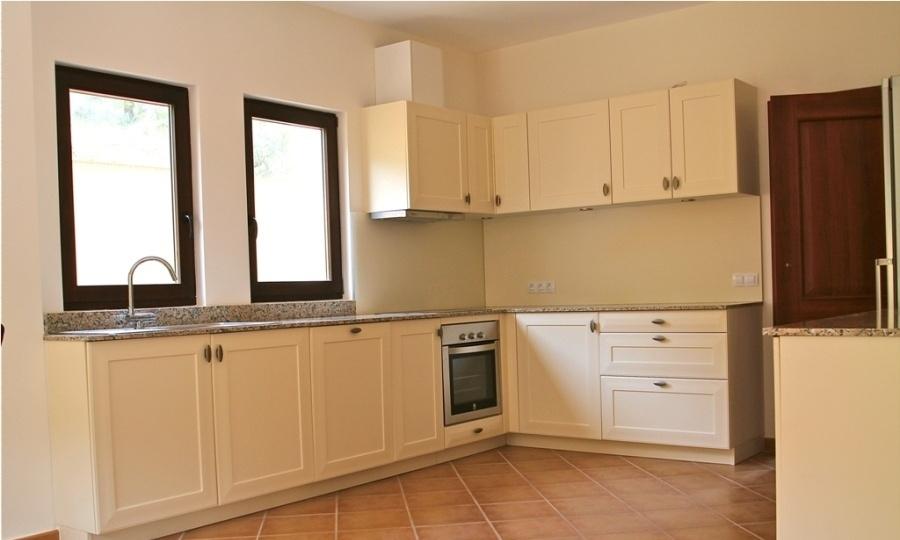 Komplett ausgestattete Küche im Landhausstil