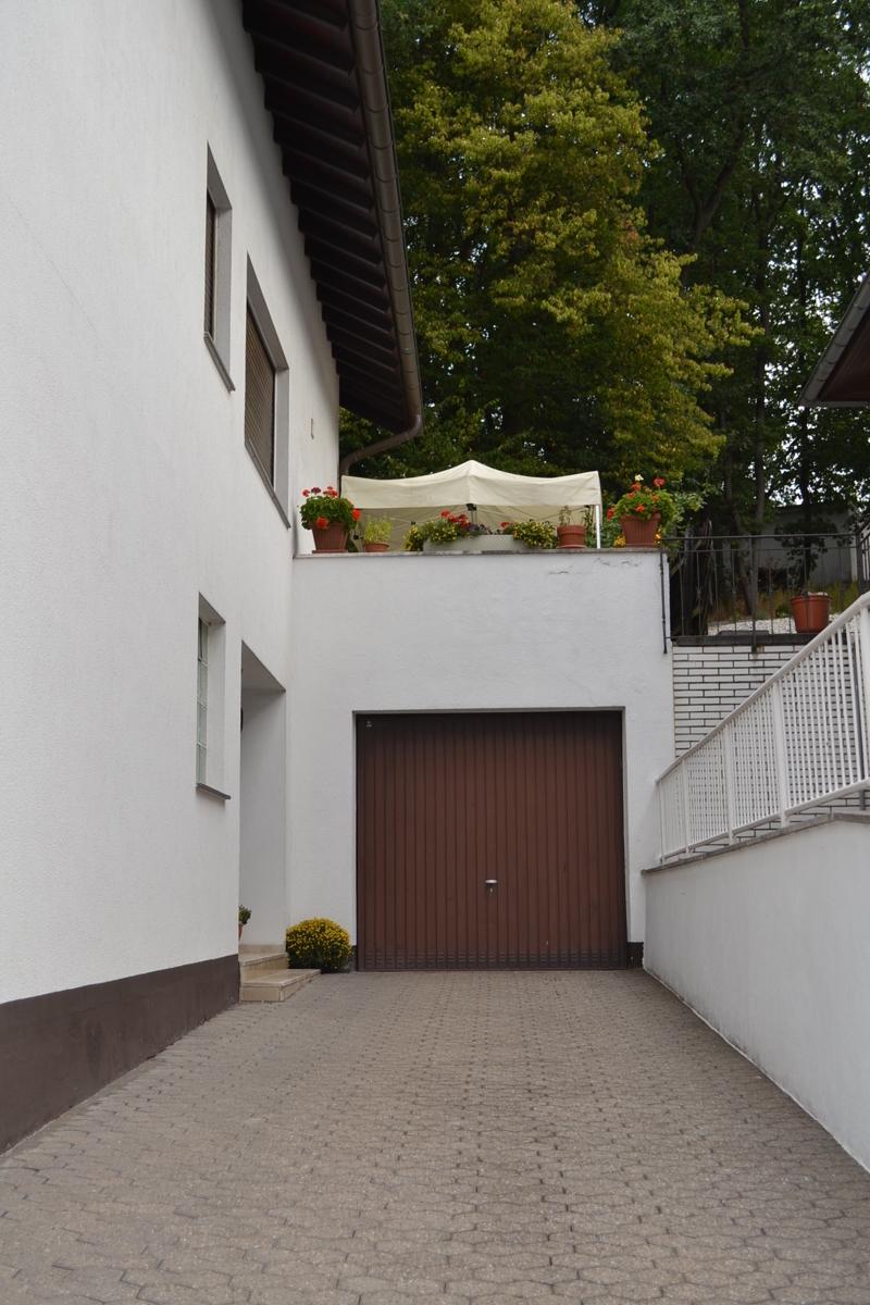 Garage mit Auffahrt