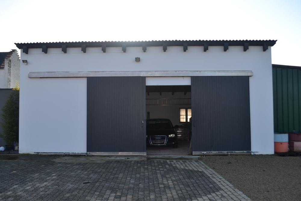 große Garage mit Werkraum