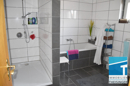 Bad mit Dusche, Wanne