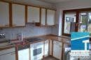 Helle Küche mit Einbauküche