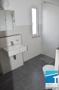 Badezimmer mit Fenster, begehbarer Dusche und Waschmaschinenanschluß