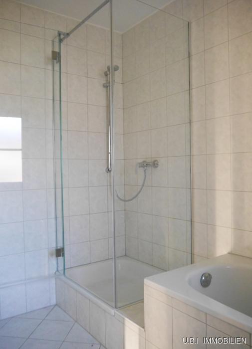 Bad mit Wanne-Dusche-Fenster