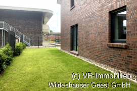 Rasenfläche neben dem Haus.