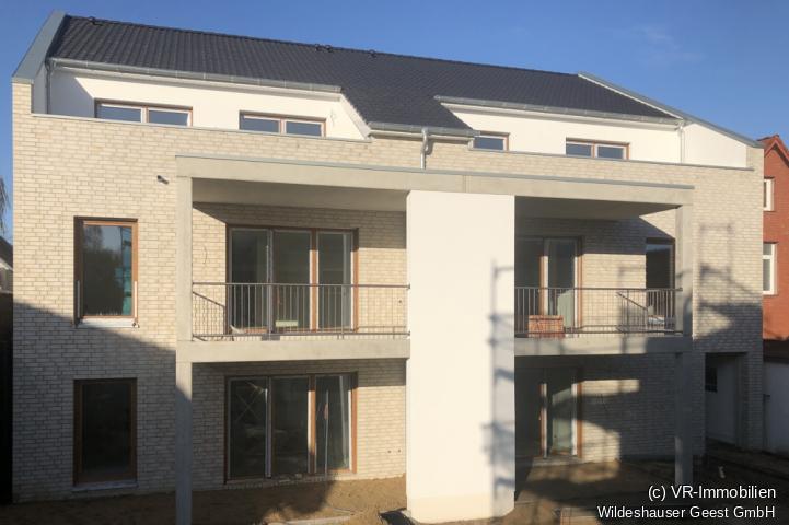 Blick auf den überdachten Balkon (links).